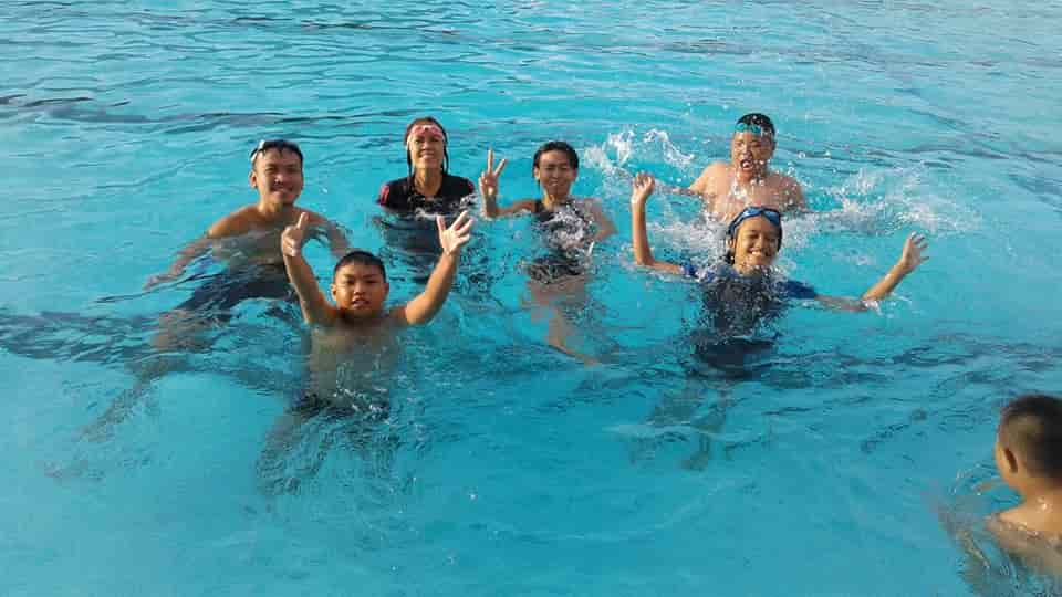 swiming-with-family
